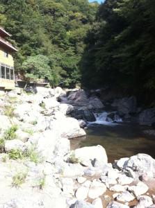 山水館の側に芥川