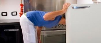 空腹で冷蔵庫を開ける男