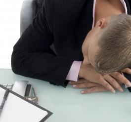 眠気に襲われるビジネスマン