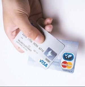 クレジットカードをもつ手